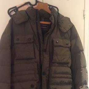 Fed Tommy Hilfiger jakke sælges. Den er brugt meget lidt. Nypris 3500, kom med et bud. Denne vare indgår ikke i de 10%s tilbud 😊