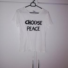 """T-shirt fra Monki. Str S """"CHOOSE PEACE"""" 20 Kr🌺"""
