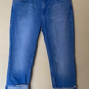 Cool jeans i en lækker farve. Straight leg. kan benyttes både med og uden opsmøg. Fremtræder som nye, uden fejl.