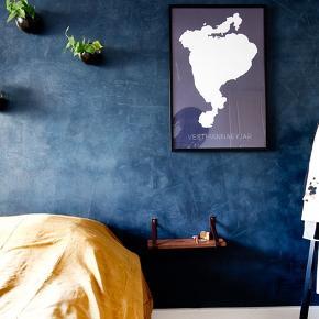 To hylder med læderstropper brugt som sengeborde. Kan bruges til badeværelset, soveværelset, til krydderi i køkkenet osv.   200kr. stk.