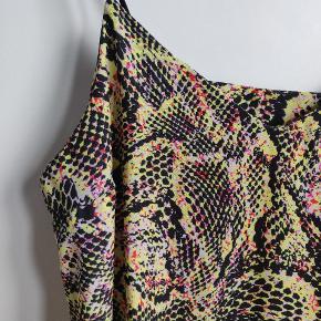 Kjole fra ASOS I farven gul, pink, sort og rød. Stropperne på kjolen er elastiske. Den er ikke kort i længden, den går over knæene
