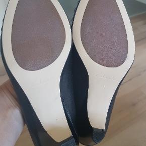 Virkelig lækker skind sko . Aldrig brugt .  Er nok lidt små i det . Der står 37 ,5 i.