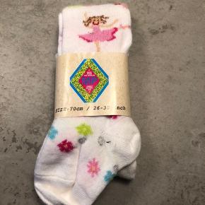 Helt NYE strømpebukser i str. 70 cm, svarer til ca. 1/2 år.  De er hvide med fine blomster og ballet-dansere på.  Så fine.  #30dayssellout Pris: 35 kr pp