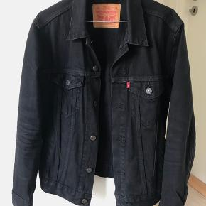 Sort Levis denimjakke, købt i Magasin for 1000 kr. BYD