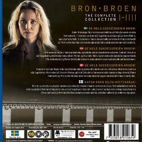 0951 - Broen I-IIII: The Complete Collection (Blu-ray) - I FOLIE   Broen  SÆSON 1  En kvinde bliver myrdet på Øresundsbroen - nøjagtigt midt imellem Sverige og Danmark. Sagen tvinger en dansk og en svensk betjent til at samarbejde i denne stort opsatte og dramatiske krimiserie. København, Malmø og Øresundsbroen lægger scene til, når betjentene begynder at trevle trådene op i en indviklet og nervepirrende krimigåde. Kim Bodnia og Sofia Helin spiller de to hovedroller i denne danske/svenske TV-serie.   SÆSON 2  Et skib forlader sejlrenden i Øresund og kolliderer med Øresundsbroen. Da kystvagten kommer om bord, opdager de, at besætningen har forladt skibet, og fem unge sidder fastkædet under dækket. Saga Norén (Sofia Helin) fra Länskrim Malmö får sagen og kontakter Martin Rohde (Kim Bodnia) fra Københavns politi, som stadig er mærket efter de alvorlige begivenheder for 13 måneder siden. Snart viser det sig, at de fastkædede unge blot er begyndelsen. Nogen eller noget vil have, at vi får øjnene op for klimaproblemerne, og hvordan vi anvender jordens ressourcer. De skyr ingen midler i deres kamp, og EU's klimatopmøde i København nærmer sig.   SÆSON 3  13 måneder senere. En kendt dansk kønsdebattør, indehaver af den første kønsneutrale børnehave i København, findes myrdet på en byggeplads i Malmø. Dette er det første af en række spektakulære mord i en sag, der involverer Saga (Sofia Helin) personligt og tvinger hende til at arbejde med en ny dansk partner, Henrik Sabroe (Thure Lindhardt). Sideløbende med den makabre sag konfronteres Saga med sin mørke fortid, da hendes mor dukker op.   SÆSON 4  2 år senere. En kvinde myrdes brutalt ved broovergangen Peberholm mellem Danmark og Sverige. Det viser sig, at ofret er Margrethe Thormod, som er direktør for Udlændingestyrelsen i København. Motivet gemmer sig muligvis i en skandale i forbindelse med en udvisningssag, som Margrethe var involveret i op til mordet. Henrik Sabroe begynder sammen med sin danske kollega, Jonas Mandrup,