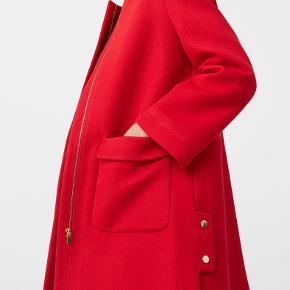 Smuk frakke i tyk bomuld. Rigtig rød!  Model: Lapel Shift Coat Aldrig brugt, stadig med prismærke