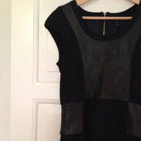 Tætsiddende kjole med imiteret skind fra Vero Moda i str. 38.   Der er stræk i stoffet.   Brugt få gange, ingen tegn på slid.