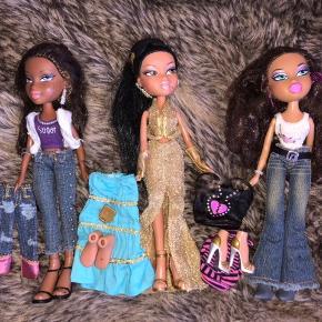 Bratz dukker med tilbehør.  Hver dukke sælges med tøj og accessories. (Jeg sælger 17 Bratz dukker, samt 6 mini Bratz dukker)      Jeg sælger også et TV, stol, motorcykel, sushibar ink. mad og en Bratz~bil med lys og radio.  Købes hver for sig, eller samlet!  Skriv gerne for flere billeder ;)    ☘️ Sender med DAO ☘️ Bytter gerne ☘️ Køber betaler fragt