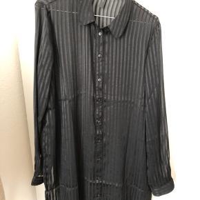 Fik skjorte kjole af mærket YAS. Aldrig brugt. Passes af s/m.