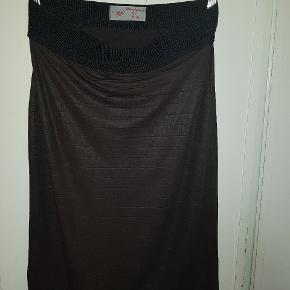 Super fed mørkebrun/sort nederdel i feet stof og med elastik i taljen. Købt i desginerbutik af mærker Handmade By Moa. Fremstår i virkelig god stand.