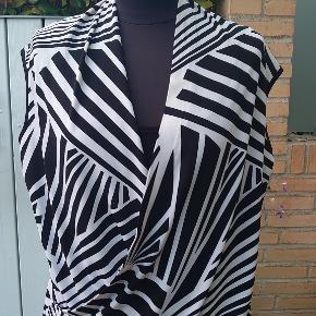 Er i to lag foran og måler 2x54cm over bryst og længden er 64cm. Polyester-spandex.