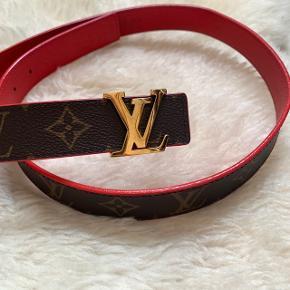 Louis Vuitton bælte Kan vendes, så det enten er helt rødt eller brunt.  Der er undgåelige ridser på bæltespændet. Brugt 4 gange.  Kvittering haves og medfølger selvfølgelig. Str 90cm.  Sælges ikke under 2000.