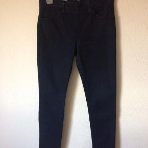 Acne - jeans Str. 29/32 Næsten som ny Farve: mørkeblå Lavet af: 98% cotton og 2% elasthan Style: skin rinse Mål: Livvidde: 78 cm hele vejen rundt Længde: Ydre: 98 cm Indre: 75 cm Køber betaler Porto!  >ER ÅBEN FOR BUD<  •Se også mine andre annoncer•  BYTTER IKKE!