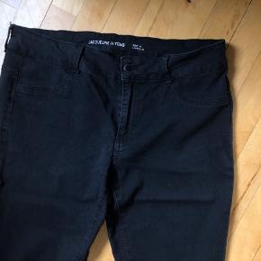 Sorte jeans fra JDY brugte, slitage øverst mellem benene, se fotos.  Ellers i fin stand. Meget stretch. Normal talje og slim legs. Str. XL / 34 i ben længde.   #30dayssellout  52,- + fragt. Sender gerne med Dao. Kr. 37,- Kan afhentes i Odense.  Bytter ikke.  Jeg giver mængderabat.