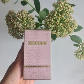 """Stella McCartney """"Stella"""" 50 ml. eau de toilette (der sidder stadig plastic rundt om emballage) ⭐️  Byd gerne kan både afhentes i Århus C og sendes på købers regning 📮✉️"""
