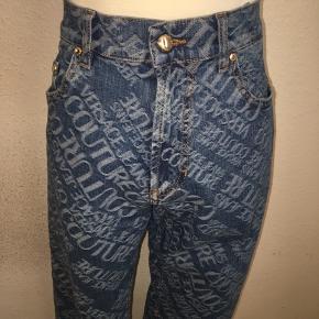 Versace couture jeans i størrelse inch waist 32 - med all over logo print i hvid. Lige ben.