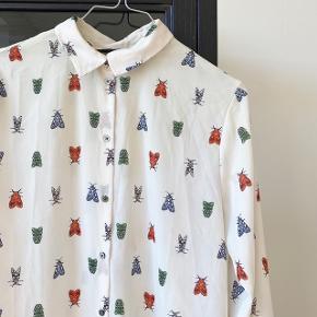 H&M skjorte i hvid med print på   Størrelse: 36   pris: 40 kr   fragt: 39 kr ( 37 kr ved TS handel )