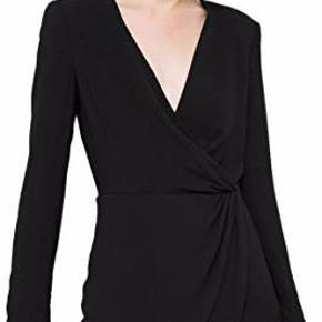 Aldrig brugt, stadig prismærke i. Sort faconsyet kjole med sød detalje i taljen. NP: 450