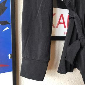 Fed bluse med bindebånd og slå om effekt 👌🏼 95% polyester og 5% elastik. Ingen huller, men har noget fnuller foran, se billeder - pris sat herefter ❤️ pæn wrap effekt. Fra H&M i str. L.   Bemærk - afhentes ved Harald Jensens plads eller sendes med dao. Bytter ikke 🌸  💫 Wrapbluse slåom slå om bluse overdel skjorte sort hm