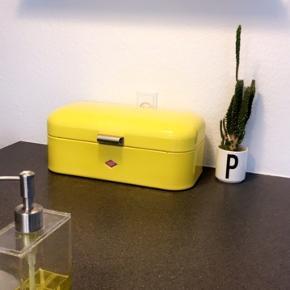 Super fed Wesco brødkasse i flot gul farve. Metal. Brugt lidt, men har meget få brugstegn. Nypris 899,- sælges for 400,- plus porto.