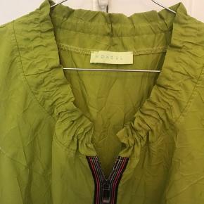 Flot grøn kjole med flæsekant i halsen og multifarvet lynlås i midten. Kjolen passer en str m-lille L og er i virkeligt fin stand