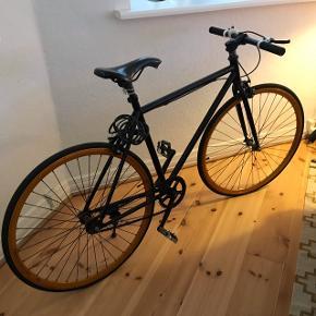"""Fixie cykel sælges. I fin stand - stort set ikke brugt, men stået som """"pynt"""" i stue.  Kan afhentes i Aalborg   Kontakt:  Her eller på 40130020"""