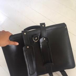 Sort lædertaske med rem til over skulderen og remme til at rygsæk.  Mål: Bredde: 41 cm Højde: 29 cm Dybde: 7 cm
