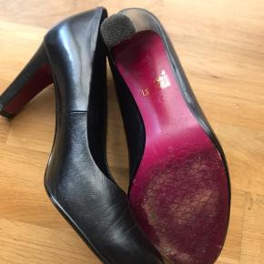 Højhælede fra Belmondo i sort læder og lyserød sål. Læder og hæl intakt. Kun med brugsspor på sål.  God pasform og rare at have på. Størrelse kan snyde lidt da jeg normalt er en str. 37!  Afhentning/mobile pay el. kontant