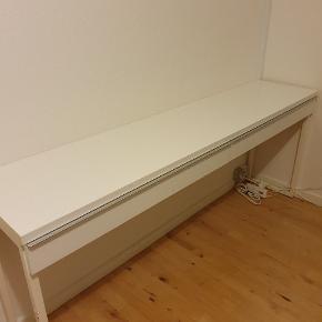 Meget velholdt skrivebord fra IKEA. Model Bestå Burs. Måler 180×75×40 cm. Fejl i en af skufferne, men uden betydning.