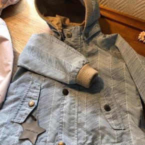 Varetype: Jakke Farve: Lyseblå Oprindelig købspris: 798 kr.  Mini A Ture jakke i str 18 måneder / 86. Den har et smukt blå mønster , har lidt slid på knapper, ellers ingen pletter eller fejl , fin lille overgangs jakke