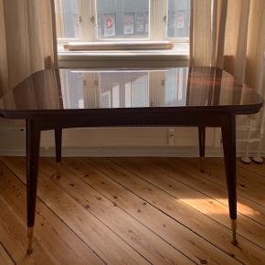 Spisebord i træ og messing, som kan justeres i højden. Der er en udtræksplade i hver side.  L: 110 B: 65 og 114 med begge plader  H: 74 (kan justeres)  Sælges for en veninde men kan afhentes hos mig i Aarhus C
