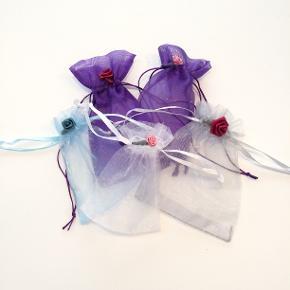 5 Romantiske organza poser dekoreret med roser - fra Walina  Brug dem til opbevaring af smykker gaver ris til bryllup ell andet.  De måler  2 Lilla: 8 x 6 cm Sølv: 9 x 8 cm  Lyseblå: 7 x 7 cm Hvid: 7 x 7 cm  Jeg kan handle med mobilpay: Jeg sender gerne med post nord til din postkasse (+10 kr 5 dages leveringstid eller 29 kr 1 dags leveringstid), hvis du ikke kigger forbi og henter dem. Jeg kan handle via Tradono med DAO pakkepost (+32 kr), hvor du afhenter pakken ved ønsket DAO udleveringssted. Mvh Lise