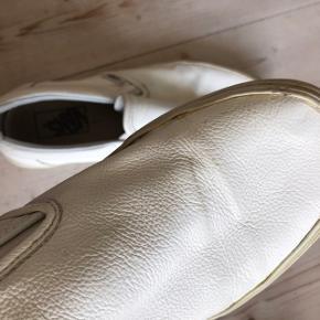 Hvide læder sneakers fra Vans, er lidt slidte, men ellers fejler de ikke noget.   Skriv endelig for flere billeder