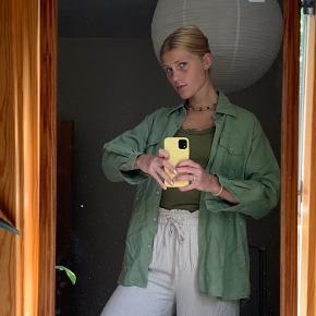 ⭐️ Smuk naturstof-skjorte ⭐️  🦋 Fra en gammel Vero Moda kollektion 🦋 55% ramie (brændenælde, minder om hør) 🦋 Oversize   Placering: Aarhus, Trøjborg (Varen kan afhentes på min adresse, hvis ønsket)  Søgeord: Retro, Vintage, 00'er, 90'er, 80'er, 70'er, 60'er, secondhand, genbrug, lopper, lises retro og vintage garderobe