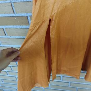 Super fin nederdel i glat materiale med slids og skæv syning på tværs. Lukkes med lynlås i siden. Aldrig brugt og har stadig mærke i. Jeg synes den er lidt lille i størrelsen. Jeg er normalt en størrelse 40 i underdele og passer denne i large. En størrelse M kunne godt lukkes med sad alt for tæt og viste alt igennem nederdelen materiale.  Afhentes i Silkeborg eller sendes via TS-dao på købers regning 😊