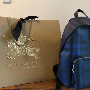 Varetype: Rygsæk Størrelse: One size  Farve: Mørk Blå Oprindelig købspris: 7200 kr. Kvittering haves. Prisen angivet er inklusiv forsendelse.   Har kvittering og pose   Købe denne lækre backpack for 4.000kr