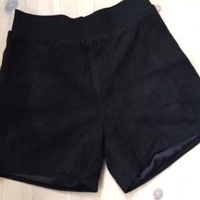 Ruskinds shorts med foer så man kan have strømpebukser under her i efteråret Aldrig brugt