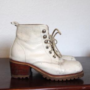 Fine hvide støvler med lille hæl og kunstskøjtelook. De har et slidt look, men er ellers i god stand 🦄