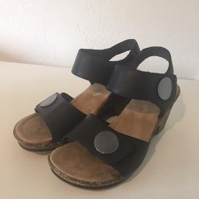 Rieker sandaler med lidt højde. Brugt 3 aftener, men har flere slags, så får dem desværre ikke rigtigt brugt.
