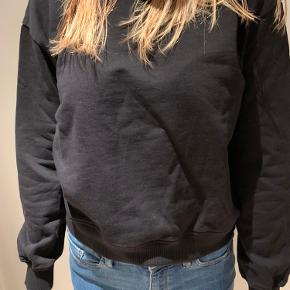 Meget velholdt sort sweatshirt.