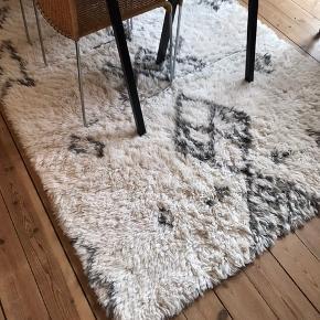Sælger dette super lækre tæppe fra Garant designet i samarbejde med Emil Thorup. Tæppet er 100% ren uld. Måler 140x200 cm. Kan afhentes i København NV.