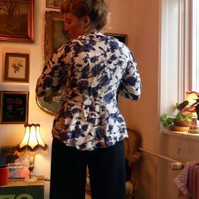 Flot blåblomstret skjorte i fransk stil.