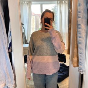 Flot trefarvet sweater. Aldrig brugt.   94% polyester  3% elastisk  3% nylon