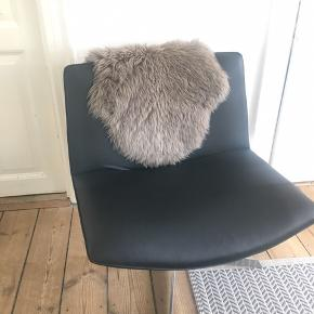 Sort læder stol med stål ben.