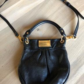 Smuk taske som stadig har mange gode år i sig. Den måler 34x34cm  Tasken er sort med guld hardware.