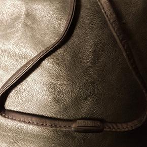 Skindhalskæde med et brunt stenvedhæng i konkylieform (kan desværre ikke huske stentypen). Str: Skindhalskæden målt rundt 90 cm, vedhænget 4 cm Pris: 400 kr. PP