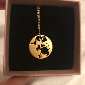 Beautiful World pendant i forgyldt sælges med tilhørende kæde i 45cm.  I rigtig fin stand. Kun brugt i en kort periode.  Nypris 1190kr.  Køber betaler fragt - sender med DAO