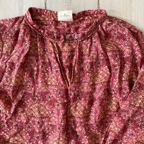 100% silke kjole med 100% silkefoer i skirt Fint perle broderie ved hals og ærme kant