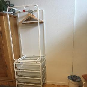 IKEA algot åben garderobe opbevaring, fire skuffer og en bøjle. Sælger to skabe (1 skab=100kr). Næsten som ny, virker perfekt og ingen skrammer. Sælges fordi jeg har købt et andet skab. Bøjler kan medfølge hvis dette ønskes.