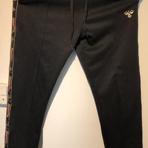 Fine bukser fra Hummel med detaljer i siden